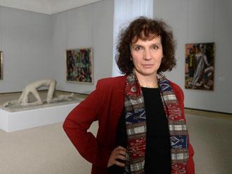 Christiane Lange in den Ausstellungsräumen der Staatsgalerie in Stuttgart. Foto: Bernd Weißbrod