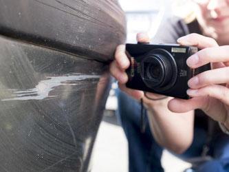 Kleinere Schrammen sollte man nicht ignorieren. Auf der sicheren Seite sind Autofahrer, wenn sie nach einem Zusammenstoß Fotos vom eigenen und gegnerischen Fahrzeug machen. Foto: Inga Kjer