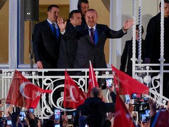 Der türkische Außenminister Mevlüt Cavusoglu (M.) lässt sich in Hamburg im Garten der Residenz des türkischen Generalkonsuls von seinen Ahängern feiern. Foto: Axel Heimken
