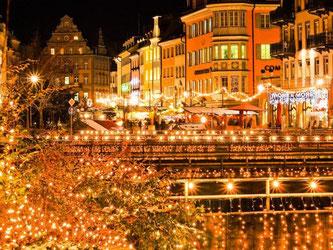 Sternenmeer im Hafen von Konstanz: Viele Besucher des Weihnachtsmarkts reisen mit dem Schiff an. Foto: Tourist-Information Konstanz GmbH