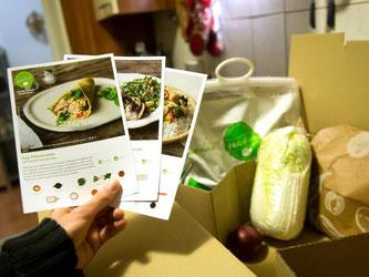Mit der HelloFresh Kochbox werden die Rezepte für die drei Gerichte mitgeliefert. Foto: Daniel Naupold