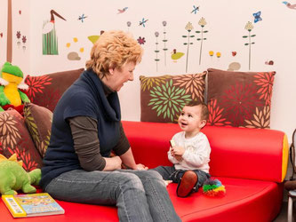 An der Universität Regensburg gibt es das Projekt Uni-Großeltern. Ältere Damen und Herren unterstützen Studenten bei der Kinderbetreuung. Foto: Universität Regensburg/Matthias Weich