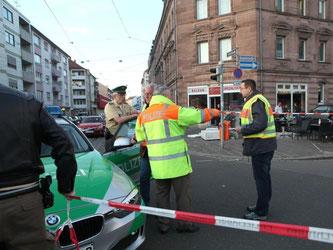 dpatopbilder Polizisten stehen in Nürnberg vor einem Cafe, nachdem hier ein Autofahrer in eine Menschengruppe gefahren ist. Foto: News5/Leuthel/dpa