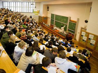 Über den Beruf ins Studium - diese Möglichkeit nutzen immer mehr Berufstätige. Foto: Jürgen Lösel/dpa