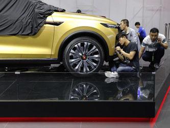 Deutsche Hersteller zeigen sich zum Auftakt der Automesse in Shanghai zuversichtlich. Foto: Ng Han Guan