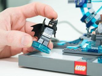 Anfassen gewünscht: In «Lego Dimensions» müssen Spieler die Figuren gelegentlich auf dem Portal herumschieben, um zum Beispiel ein Rätsel zu lösen. Foto: Inga Kjer