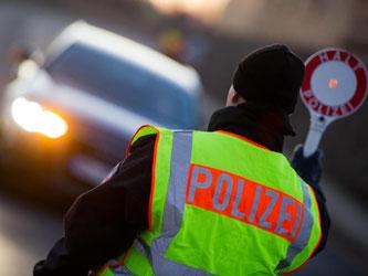 Polizeikontrolle! Fahrzeugschäden werden dabei mit einem Bußgeld geahndet. Ist das Auto verkehrsunsicher, wird es stillgelegt. Foto: Patrick Pleul