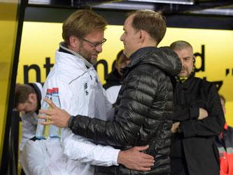 BVB-Trainer Thomas Tuchel (r) und Liverpools Coach Jürgen Klopp begrüßten sich vor Spielbeginn. Foto: Federico Gambarini
