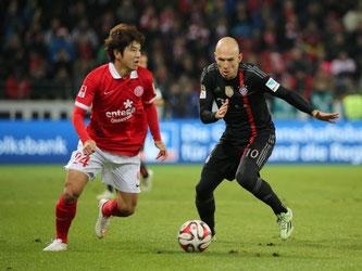 Münchens Arjen Robben (r) geht den Mainzer Joo-Ho Park hart an. Foto: Fredrik von Erichsen