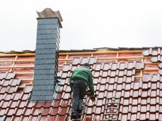 Die Arbeit eines Dachdeckers ist gefährlich. Eine Berufsunfähigkeitsversicherung schützt vor finanziellen Problemen, wenn jemand längere Zeit seinen Beruf nicht ausüben kann. Foto: Julian Stratenschulte