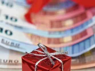 Wer es bekommt, kann sich freuen: In diesen Wochen zahlen manche Arbeitgeber Weihnachtsgeld aus. Foto: Jens Kalaene