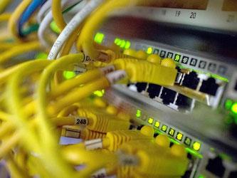 Internetbetreiber können im Kampf gegen illegale Downloads zu Netzsperren gezwungen werden - aber nur unter strengen Bedingungen. Foto: Matthias Balk/Archiv