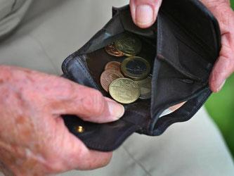 Da die Renten steigen, müssen sich viele Senioren auf höhere Steuerzahlungen einstellen. Wer rechtzeitig Belege sammelt, kann hier sparen. Foto: Karl-Josef Hildenbrand