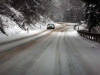 Auf schneebedeckten Straßen bringen Winterreifen mehr Traktion. Das Auto liegt stabiler auf der Straße als mit Sommerreifen, der Bremsweg ist wesentlich kürzer. Foto: Ina Fassbender