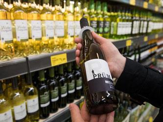 Der Deutsche Weinbauverband hält eine Überarbeitung der Etiketten für notwendig. Foto: Bernd Thissen/Illustration