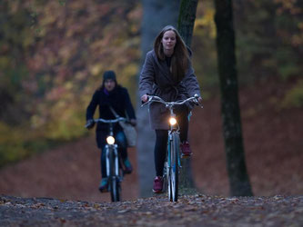 Raus trotz Dämmerlicht: Gegen das Herbsttief hilft Bewegung - zum Beispiel Radfahren. Foto: Tobias Hase
