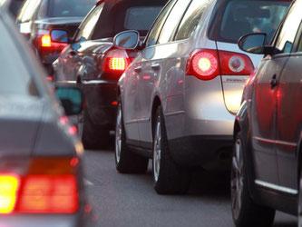 Fahrzeuge stauen sich im Berufsverkehr. Foto: Stephan Jansen/Archiv
