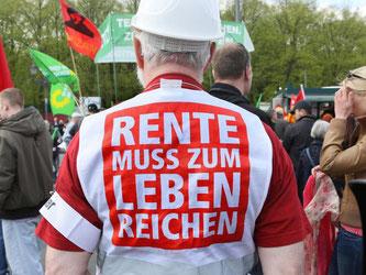 Klare Botschaft auf einer Kundgebung des Deutschen Gewerkschaftsbundes DGB. Die Renten steigen in den nächsten Jahren. Foto: Stephanie Pilick