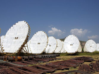 Parabolspiegel stehen in Abu im indischen Rajasthan, auf mehreren Hundert Quadratmetern insgesamt 770 Stück. - Sowohl auf indischer wie auf deutscher Seite gibt es großes Interesse an einer engeren Zusammenarbeit im Energiesektor. Foto: Lea Deuber/Archiv