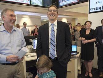 Der Journalisten David Fahrenthold (M) freut sich über den Pulitzer-Preis. Foto: Bonnie Jo Mount/The Washington Post/AP