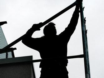 Manchmal muss ein Gerüst auf dem Nachbargrundstück aufgebaut werden, um Schäden am eigenen Haus zu beseitigen. Das Hammerschlagrecht verschafft den Zutritt. Foto: Jens Schierenbeck