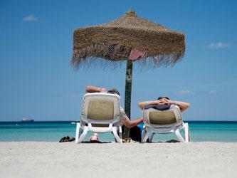 Entspannen am Strand - und künftig auch vor dem Urlaub: Veranstalter von Pauschalreisen dürfen nur noch in Ausnahmefällen mehr als 20 Prozent Anzahlung verlangen. Foto: Julian Stratenschulte
