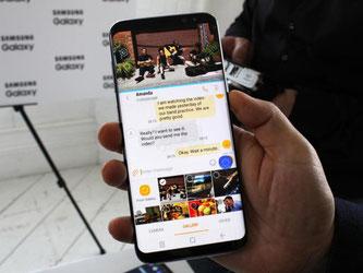 Das Galaxy S8 verfügt über einen Split-Screen-Modus: Nutzer können z.B. parallel Videos schauen und das Gerät für andere Funktionen (z.B. Messaging) nutzen. Foto: Philip Dethlefs