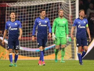 Die Schalker Leon Goretzka, Torwart Ralf Fährmann und Benedikt Höwedes (l-r) lassen nach dem zweiten Gegentreffer die Köpfe hängen. Foto: Ina Fassbender