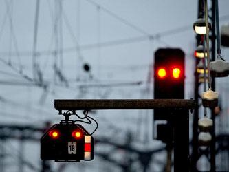 Rote Lichter leuchten in München an den Signalanlagen an den Gleisen im Hauptbahnhof. Foto: Sven Hoppe/Illustration
