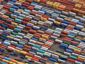 Container lagern auf dem Container-Terminal von Eurogate im Hafen von Hamburg. Foto: Christian Charisius/Illustration