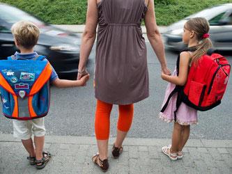 Das Üben der Wegstrecke ist für kleine Kinder wichtig, damit sie sicher zur Schule und nach Hause kommen. Foto: Patrick Pleul/Archiv