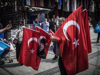Türkei nach dem Referendum: Ein mobiler Flaggenhändler hofft in Istanbul auf gute Geschäfte. Foto: Michael Kappeler