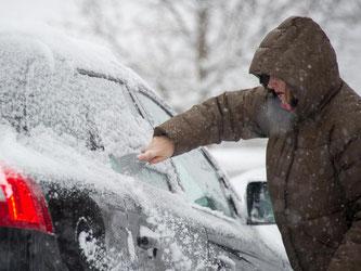 Winterpflichten: Wer vor dem Losfahren nicht gründlich kratzt, riskiert ein Bußgeld. Denn nur ein Guckloch in der Windschutzscheibe reicht nicht. Foto: Tobias Hase