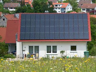 Sonnenkollektoren an einem Wohnaus: Mit der Reform EEG-Gesetzes soll von 2017 an die Förderung von Ökostrom umgestellt werden. Foto: Daniel Bockwoldt