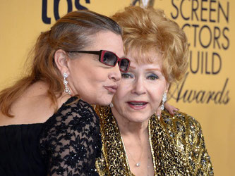 Debbie Reynolds (r) und ihre Tochter Carrie Fisher. Foto: Paul Buck