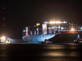 Mehrere Schlepper ziehen das Containertschiff «CSCL Indian Ocean» zurück in das Fahrwasser der Elbe. Foto: Ingo Wagner