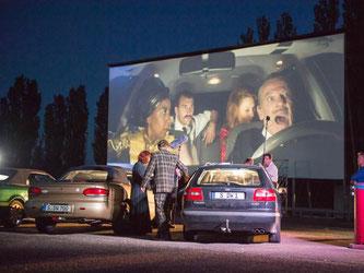 Mitglieder des Schauspiels Stuttgart proben im Autokino in Kornwestheim. Foto: Deniz Calagan/Archiv