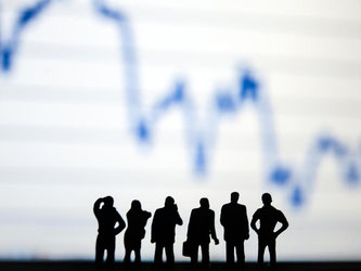 Geldanlage kann eine trockene Materie sein. Gemeinsam anlegen ist für manche Anleger deshalb eine Alternative. In Investmentclubs können sie sich mit Gleichgesinnten austauschen und Anlageentscheidungen treffen. Foto: Mascha Brichta