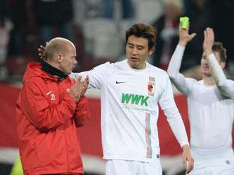 Die Augsburger SPieler ließen sich für ein 0:0 gegen den FC Liverpool feiern. Foto: Andreas Gebert
