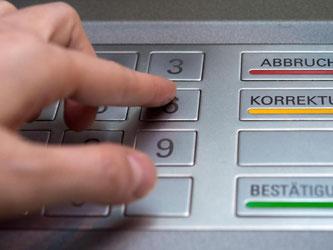 In Deutschland sind seit Ende 2010 knapp 60 000 Geldautomaten und 720 000 Terminals im Handel. Foto: Andrea Warnecke