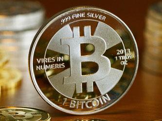 Die relativ geringe Menge an Bitcoins macht die digitale Währung anfällig für Zockereien und starke Kursausschläge. Foto: Jens Kalaene