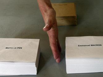Ein Wahlhelfer bereitet Stimmzettel für die Stichwahl vor. Foto: Bob Edme