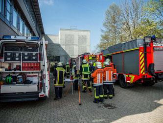 Feuerwehrleute vor Gymnasium. Foto: Friebe/SDMG
