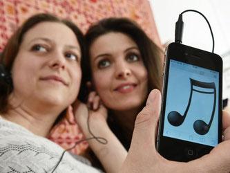 Wer mit dem Smartphone unterwegs Musik streamt, braucht ein hohes Datenvolumen. Eine Alternative ist der Offlinemodus, den viele Dienste anbieten. Foto: Jens Kalaene