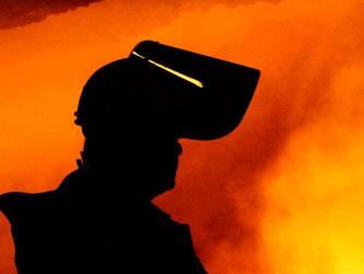 Arbeiter in der westdeutschen Stahlindustrie bekommen nun 2,3 Prozent mehr Geld. Foto: Roland Weihrauch