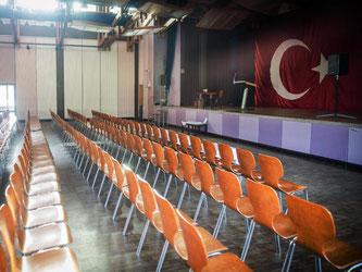 Leere Stühle stehen in der Festhalle in Gaggenau. Der türkische Justizminister Bozdag sollte am Abend in der Halle sprechen. Der Auftritt wurde von der Stadt abgesagt. Foto: Christoph Schmidt