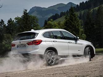 Die neue Generation des X1 hat sich in einigen Punkten verbessert. Da wäre das neue Fahrwerk. Dadurch lässt sich der Wagen viel entspannter steuern. Zugleich bewegt er sich strammer und schärfer. Foto: BMW