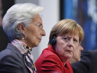 Beraten in Berlin über die Griechenland-Krise: Bundeskanzlerin Angela Merkel (r) und IWF-Chefin Christine Lagarde. Foto: Rainer Jensen/Archiv