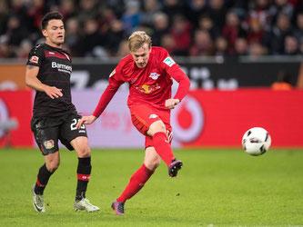 Emil Forsberg (r) trifft für RB Leipzig zum 2:2-Ausgleich. Foto: Marius Becker
