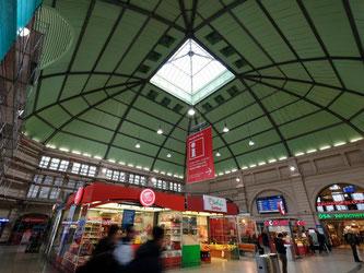 Die Kuppelhalle im Hauptbahnhof von Halle. Foto: Sebastian Willnow/Illustration